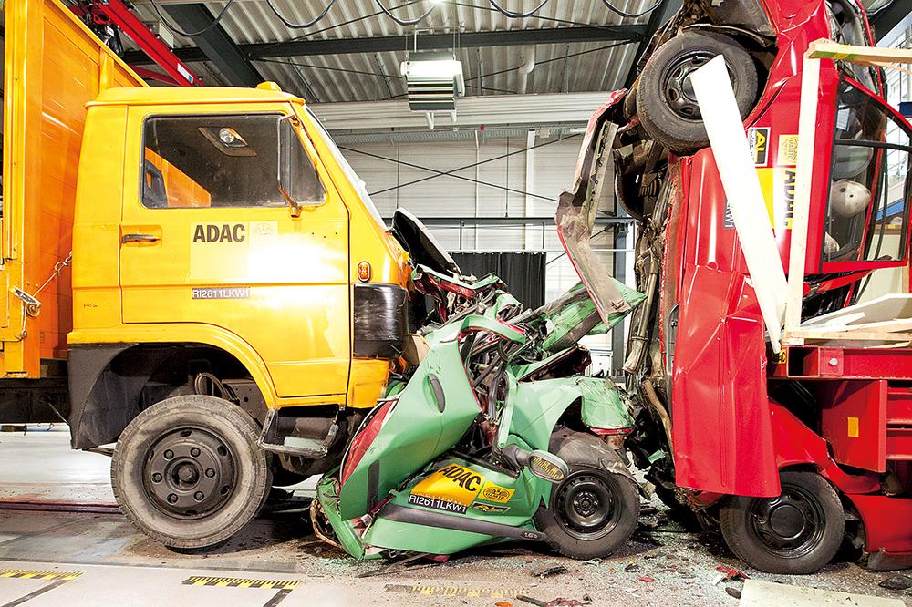 LKW Crashtest, 7,5t LKW rast mit 70 kmh in zwei PKWs, die bei Stau hintereinanderstehen, ADAC Crash-Anlage, Landsberg am Lech, 30.06.2011 ©Martin Hangen