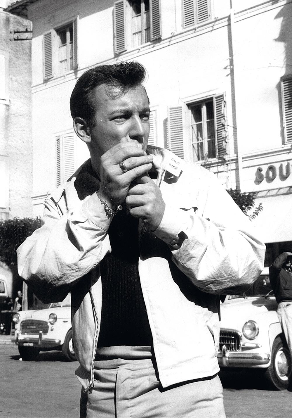 Der amerikanische Popsänger und Schauspieler Bobby Darin raucht am 22.10.1960 in Castelgandolfo eine Zigarette. +++(c) dpa - Report+++