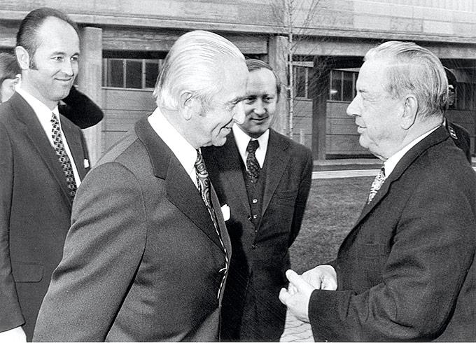 Dr. Herbert Quandt und Eberhard von Kuenheim mit Ministerpräsident Alfons Goppel und BMW-Technikvorstand Hans Koch 1970 bei der Grundsteinlegung zum BMW-Werk Dingolfing